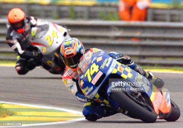 Japanese rider and 2001 FIM Road Racing Champion Daijiro Katoh powers his Honda followed by British Jay Vincent on Yamaha during the second 250cc...