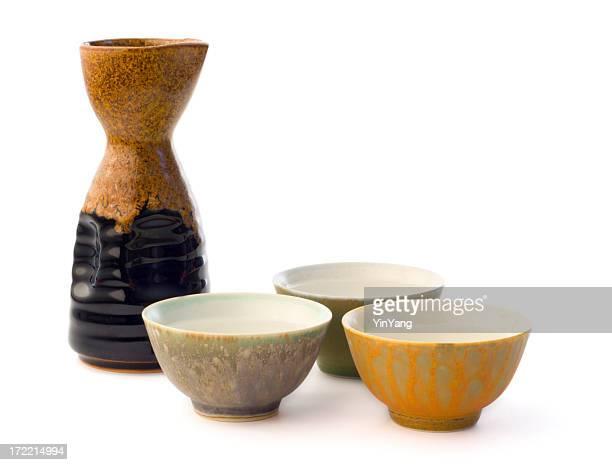 japonés saki recipientes y cerámicos de botella para beber vino de arroz - saki fotografías e imágenes de stock