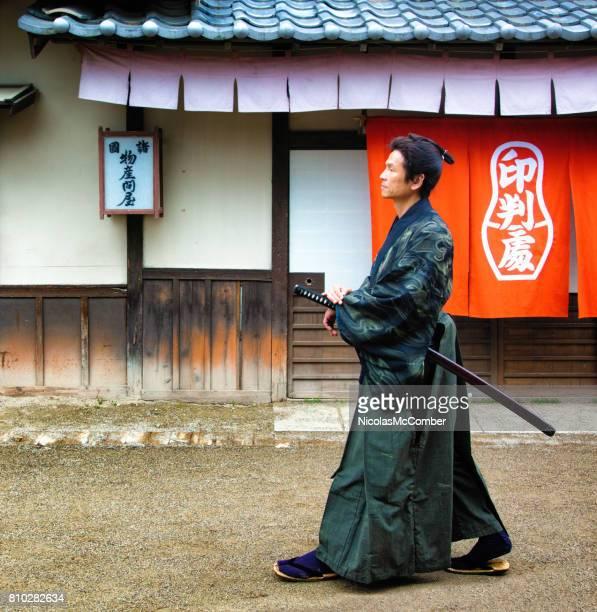 江戸村手剣の上を歩いての衣装で日本の凄腕 - edo period ストックフォトと画像