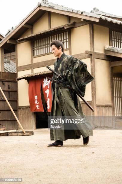 japanische samuri krieger wandern durch edo periode dorf - ehre stock-fotos und bilder