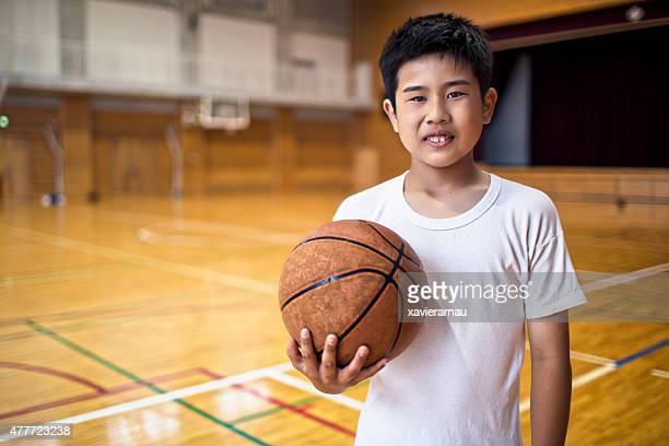 日本の学校遊ぶ少年バスケットボール