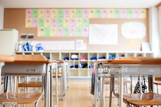 Salle de classe de l'École japonaise traditionnelle, bureaux de travail et de chaises, pigeon trous