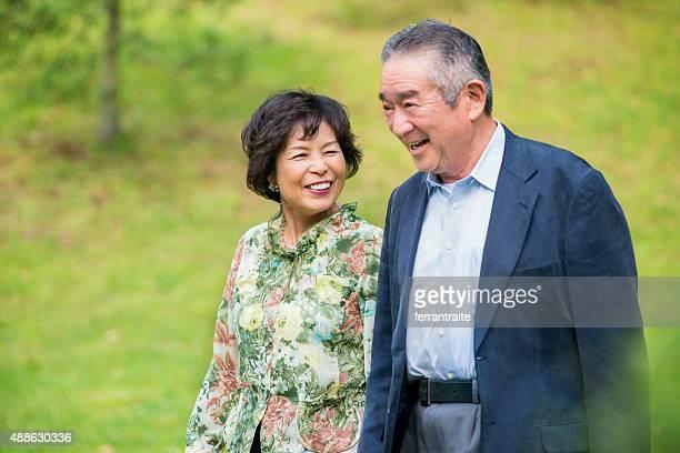 Japonais senior couple de randonnée dans le parc