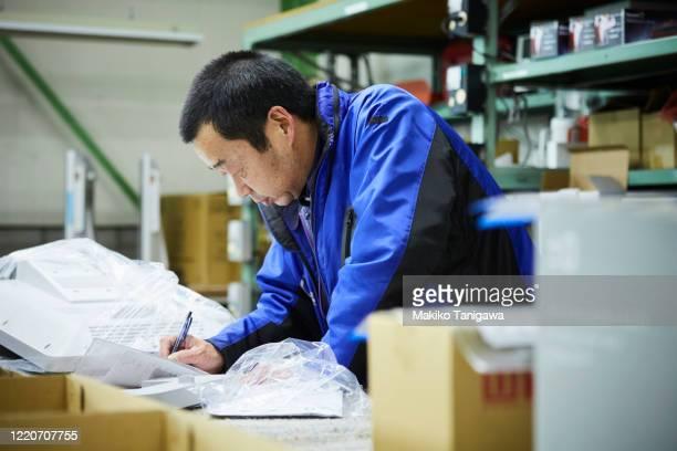 japanese senior male worker in a workshop - ワーキングシニア ストックフォトと画像