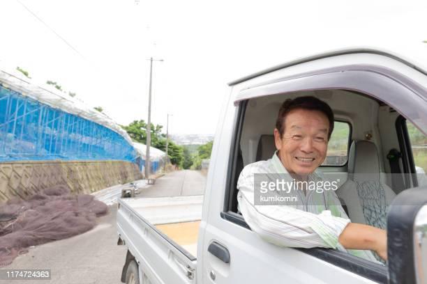 小型トラックを運転する日本のシニア男性 - 陸の乗り物 ストックフォトと画像