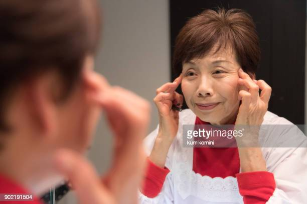 日本の年配の女性が顔の運動を楽しんでいます - しわ ストックフォトと画像