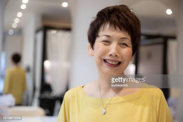 美容治療を有する日本の年配の女性 - 60代 ストックフォトと画像