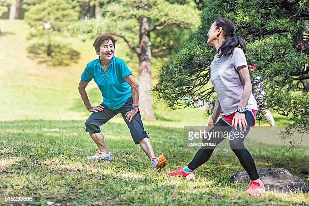 日本の年配の女性ストレッチの代々木公園