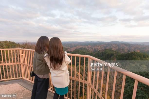 Japanische Schwestern sehen, tolle Aussicht auf die Landschaft