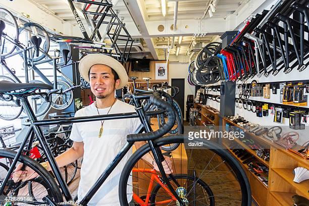 日本小型のビジネスマンを自転車で自転車店