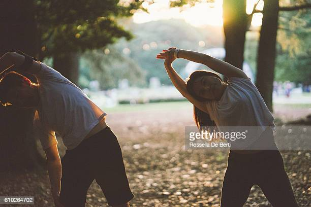 japanese sport couple exercising outdoors in the early morning - marcha atlética fotografías e imágenes de stock