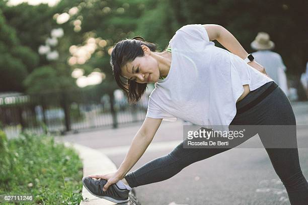 japanese sport woman exercising outdoors in the early morning - marcha atlética fotografías e imágenes de stock