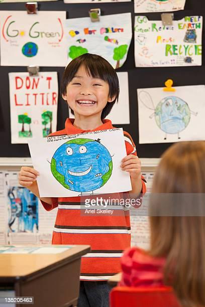 日本の学生を示す地球の図面をスクール形式