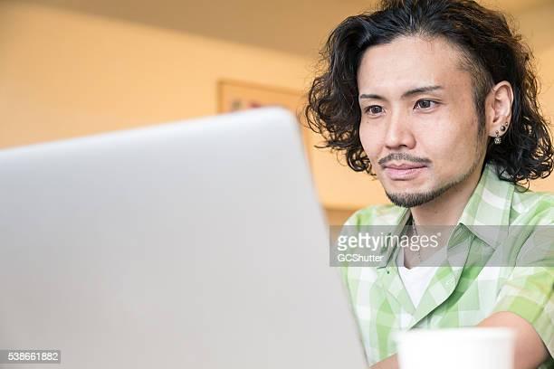 日本の学生に取り組んでいる自身のノートパソコン