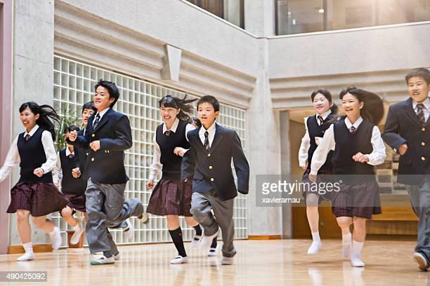 日本の学生は、大学の廊下で実行 - 制服 ストックフォトと画像