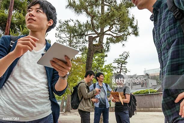 日本人学生ご友人とご一緒に電話し、京都,日本