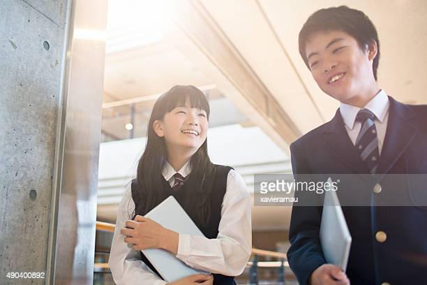 日本の学生の学校の廊下で歩く