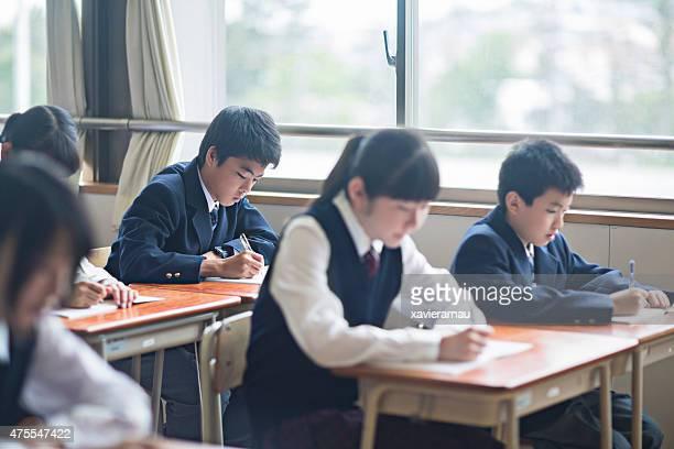 Japonais étudiants travaillant dans une salle de classe