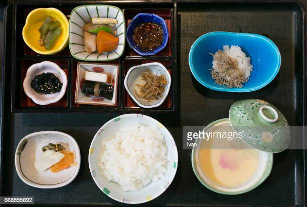 japanese style breakfast, kaiseki cuisine - washoku fotografías e imágenes de stock