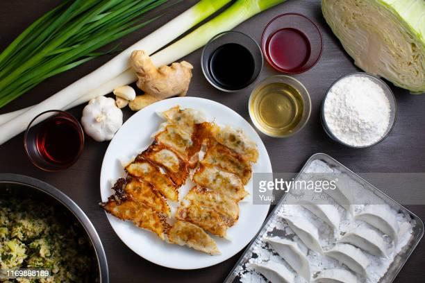 和風餃子。上から取り出した餃子のレシピや食材で餃子や焼き餃子を作ります。 - 醤油 ストックフォトと画像