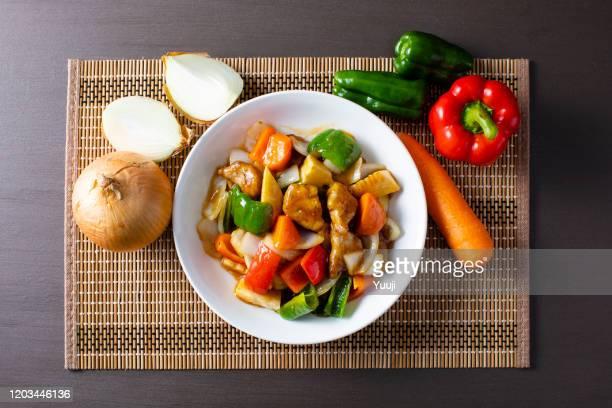 receta de cerdo casero de estilo japonés (subuta).  un juego de carne de cerdo, pimientos, pimentón, cebollas, zanahorias, brotes de bambú, almidón de patata, azúcar, pumirina, vinagre, ingredientes y un plato de salsa blanca (subuta). - washoku fotografías e imágenes de stock
