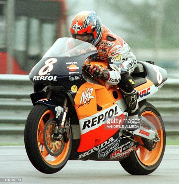 Japanese Tadayuki Okada rides his 500cc HondaRepsol during a practice session at the Nelson Piquet speedtrack in Rio de Janeiro 22 October 1999 in...