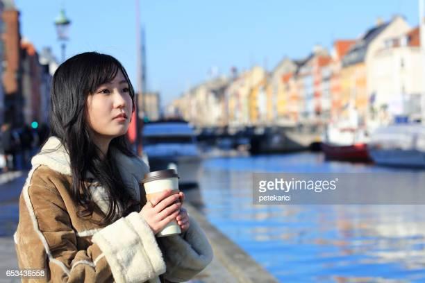 日本人観光客、コペンハーゲンのニューハウンのコーヒーを飲む