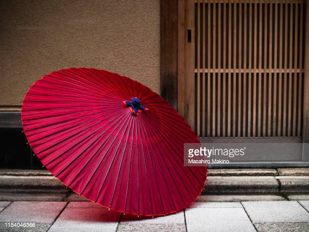 japanese umbrellas - 日本建築 ストックフォトと画像