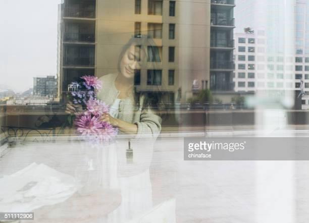 Japanische Frau arrangieren Blumen