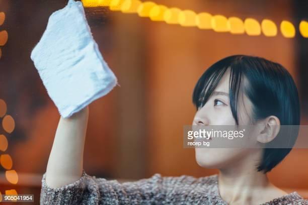 日本人女性、ウィンドウ クリーニング