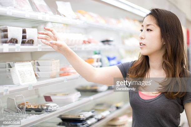 Donna facendo shopping dispensa giapponese