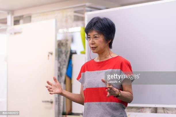 語学学校でスピーチを与える日本人女性