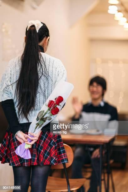 日本人の女性が彼氏を驚かせるためにバラを非表示