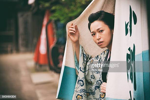 日本の女性、江戸の町 - のれん ストックフォトと画像
