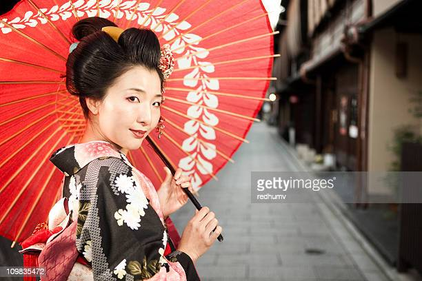 日本の着物とパラソルを持つ女性