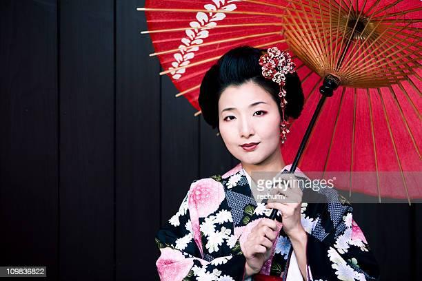 Japanische Frau im Kimono und Sonnenschirm