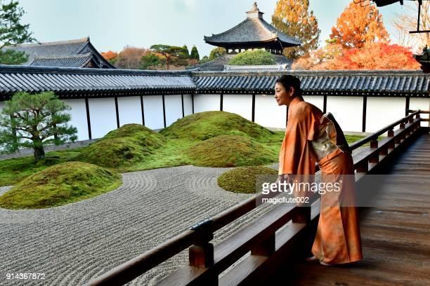 femme japonaise en kimono apprécier le jardin japonais à tofukuji, kyoto - karesansui photos et images de collection