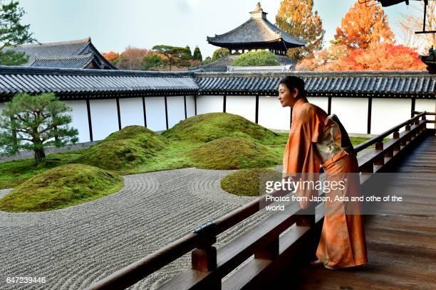 japanese woman in kimono at tofuku-ji temple, kyoto - karesansui photos et images de collection