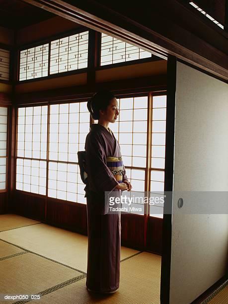 japanese woman in kimono standing - 優美 ストックフォトと画像