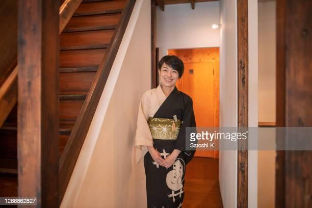 日本の伝統的な「旅館」ホテルに滞在浴衣の日本人女性 - 旅館 ストックフォトと画像