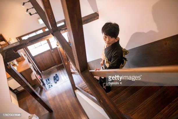 「旅館」ホテルの階段を歩く浴衣の日本人女性 - 日本建築 ストックフォトと画像