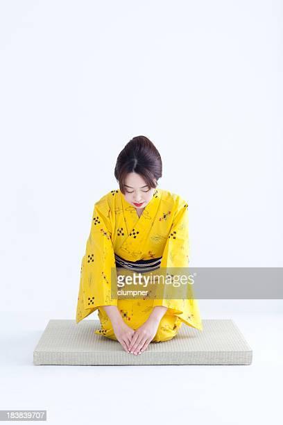 日本の女性に浴衣/着物