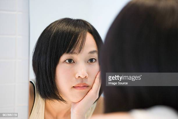 japanese woman looking in the mirror - 鏡 ストックフォトと画像
