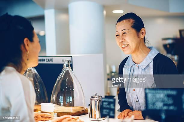 Femme japonaise faire la demande dans le café à l'intérieur