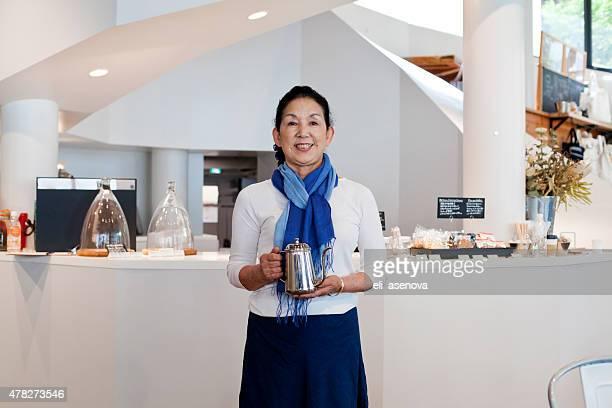日本の女性マネージャーのコーヒーショップ、東京。