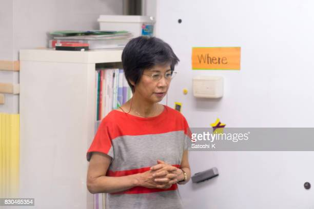 日本人女性の待合室でスピーチのリハーサル