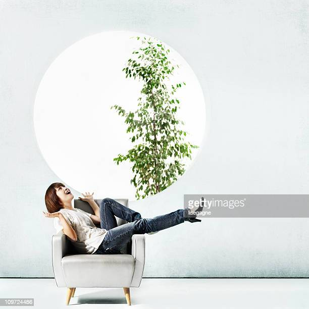 Femme japonaise assis dans des fauteuils