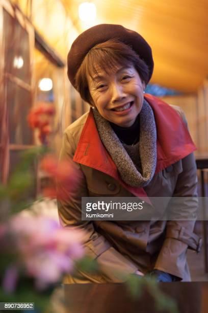 日本女性の伝統的な部屋に座っています。