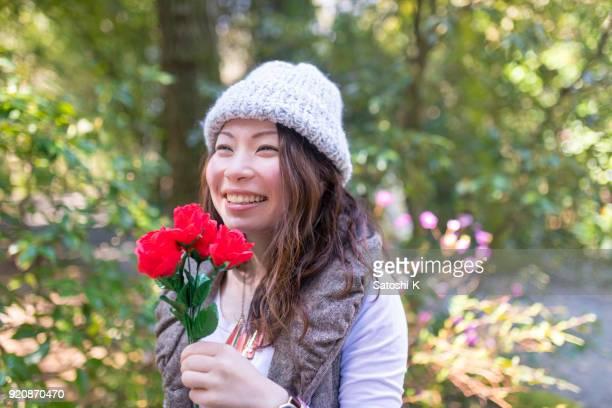 緑の森に笑みを浮かべて日本人女性