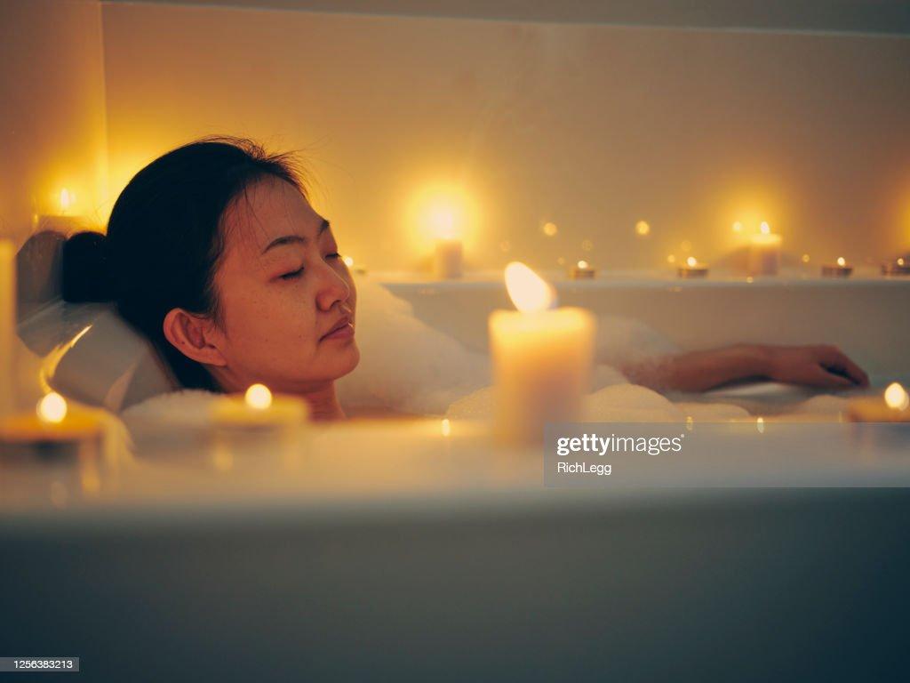 キャンドルライトを浴びる日本人女性 : ストックフォト
